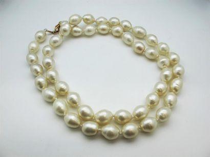 CHANEL Sautoir en perles de verre nacré de forme oblongue. Signé Chanel made in...