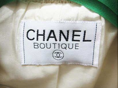 CHANEL Boutique circa 1990 Veste de tailleur en tweed bouclettes écru gansé de gros...