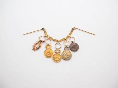 Chainette en or, composée de trois rangs...