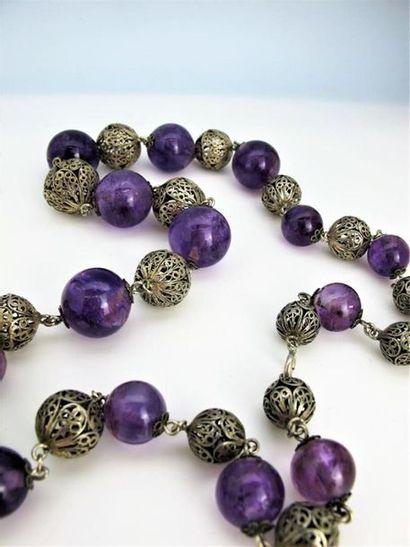 Sautoir composé de perles d'améthyste alternées...