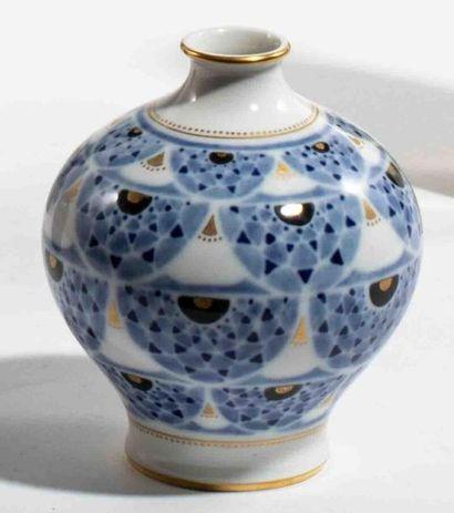 MANUFACTURE NATIONALE DE SÈVRES Vase pansu sur talon à col évasé en porcelaine dure...