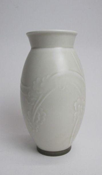 SADOLIN Ebbe (1900-1982) & MANUFACTURE BING ET GRONDAHL Vase ovoïde sur talon et...