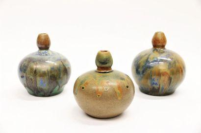KERAMIS Lot de trois vases en grès de réaction à couverte émaillée de coulures dans...