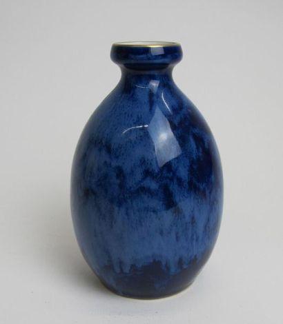 MANUFACTURE NATIONALE DE SÈVRES Vase ovoïde à col renflé en porcelaine dure émaillée...