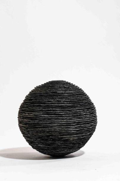 JONES Annes (née en 1949) Sculpture sphérique...
