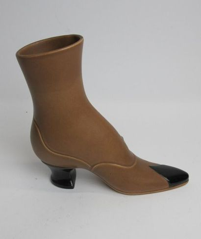 CHAMBOST Pol (1906-1983) Elegant ceramic heel shoe with brown and black glazed cover....