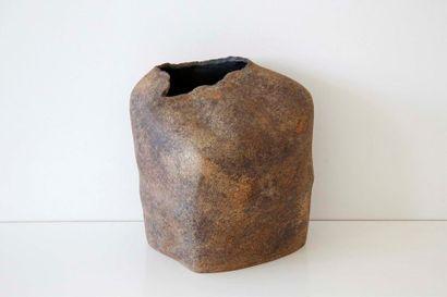 DEBRIL Claire (née en 1927) Vase asymétrique...