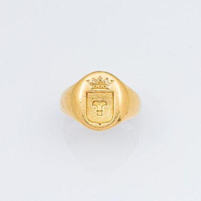 Chevalière en or jaune armoiriée. TDD. 52...