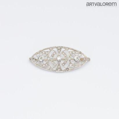 Broche de forme navette en platine à décor géométrique ajouré ornée de trois diamants...