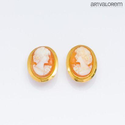 Paire de clips d'oreilles percées en or jaune...