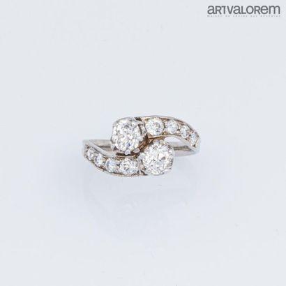 """Bague """" Toi et Moi"""" en or gris 750°/°° et platine 950°/°° ornée de deux diamants..."""