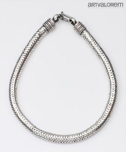 INDE Collier en métal argenté à maille chevrons...