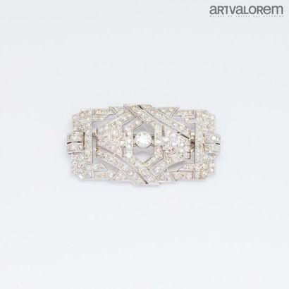 Broche plaque en platine centrée d'un diamant...