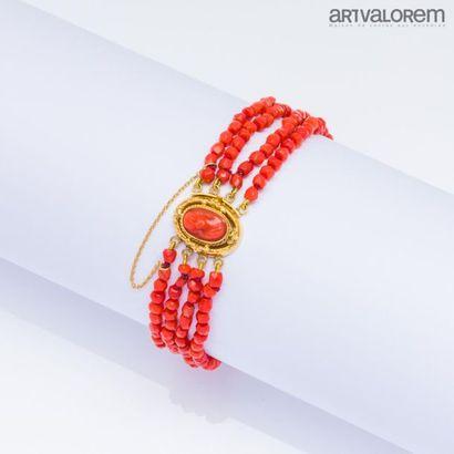 Bracelet quatre rangs de perles de corail...