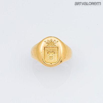 Chevalière en or jaune 750°/°° armoiriée....