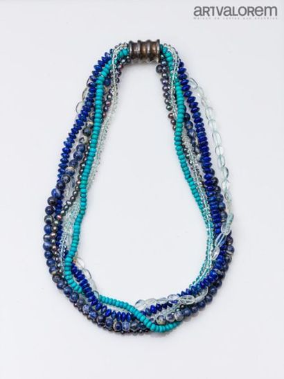 Collier composé de six rangs de perles de...