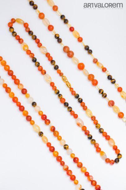 Deux sautoirs et un collier composés de perles...