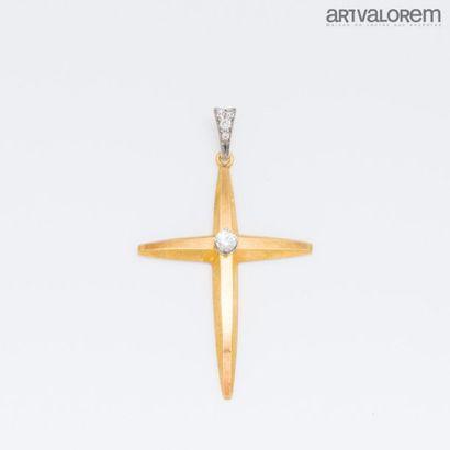 Croix pendentif en or jaune et gris 750°/°°...