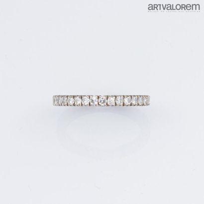 Alliance en or gris 750°/°° ornée de diamants...