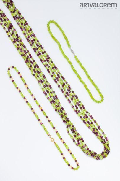 Quatre sautoirs composés de perles de grenat...