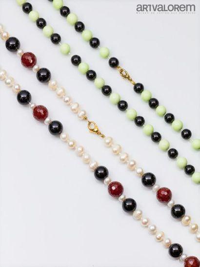Collier composé de perles d'onyx, de perles...