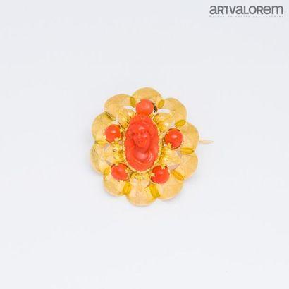Broche en or jaune 750°/°° de forme corolle...