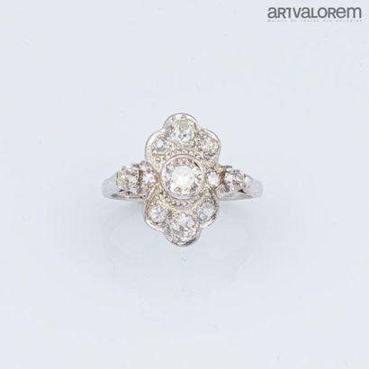 Bague en or gris 750°/°° centrée d'un diamant...
