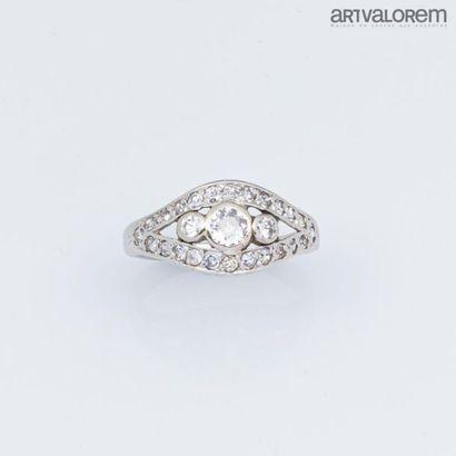 Bague en platine centrée d'un diamant taille...