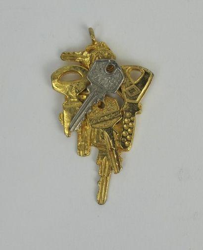 ARMAN (1928-2005)  Pendentif en métal doré...