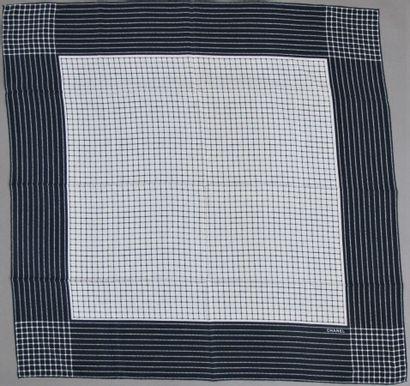 CHANEL Carré en soie imprimée motif carreaux...