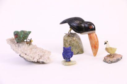 Quatre oiseaux sculptés sur socle en quartz:...