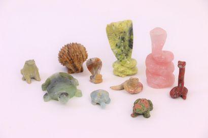 Dix animaux en pierre dure: serpent en jaspe...