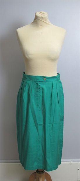 APOSTROPHE  Jupe droite en soie verte, zippé...