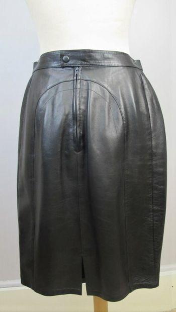 Audrey CHARLES  Jupe droite en cuir noir....