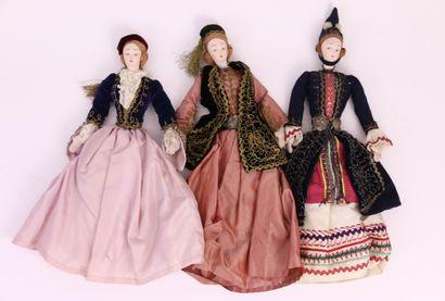 Lot de trois poupées de chiffons en costumes...