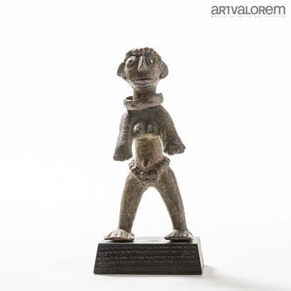 TIV (Nigéria)  Statuette féminine en bronze,...
