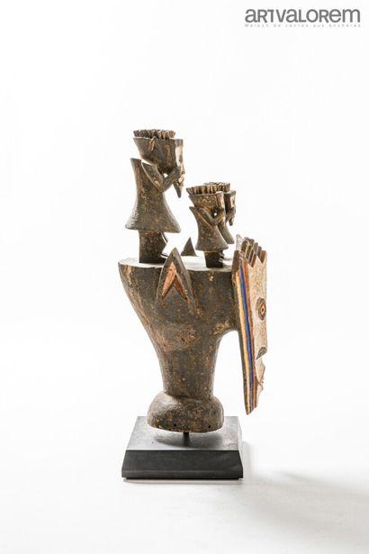 Masque MAMBILA (Nigéria/Cameroun) cubisant en bois peint avec 3 petits statuettes...