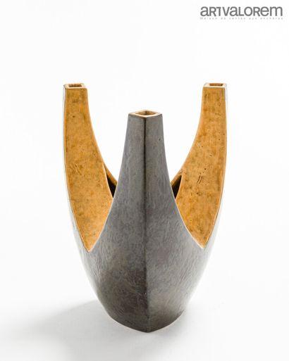 TRAVAIL ÉTRANGER  Vase tricorne en céramique...