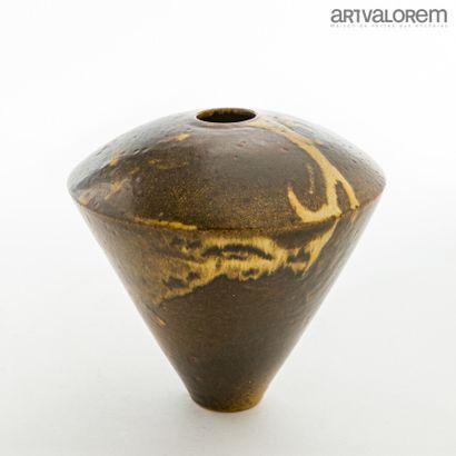 DEBLANDER Robert (1924-2010)  Vase conique...