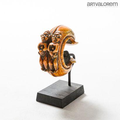 Bracelet en ivoire* BAMILEKE (Cameroun) décoré...