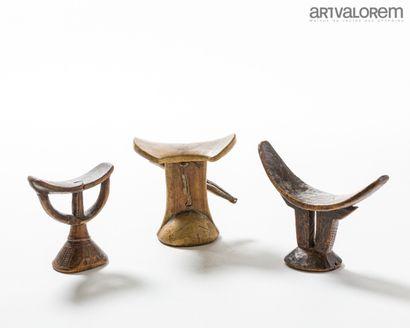 Lot de trois appui-nuques en bois KARAMAJONG...