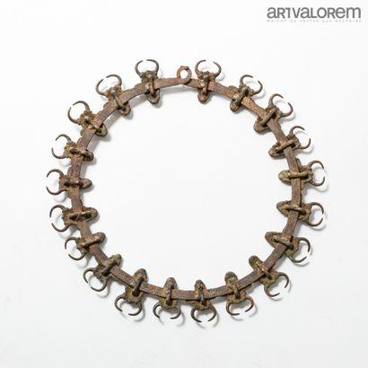 BAMILEKE (Cameroun). Torque de chefferie en bronze avec vingt têtes de buffles....