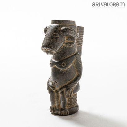 Fourneau de pipe en terre cuite BAMILEKE (Cameroun) anthropozoomorphe.  L. 21 c...