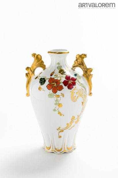 MANUFACTURE VULTURY FRÈRES - LIMOGES  Vase...