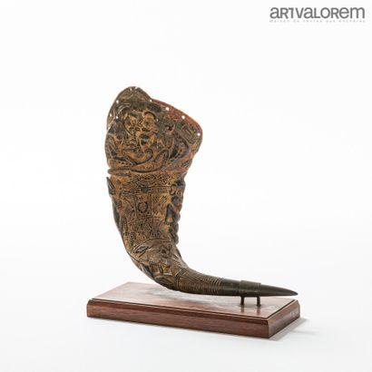 Coupe libatoire BAMILEKE (Cameroun) sculptée dans une corne de buffle en bas-reliefs...