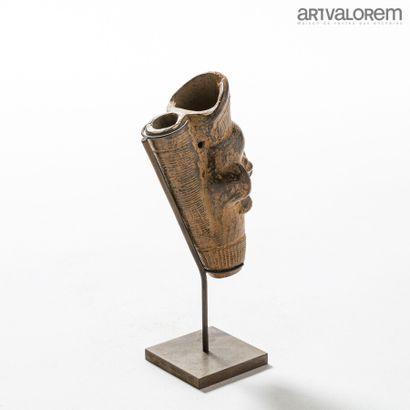 Fourneau de pipe BAMILEKE (Cameroun) en terre cuite décorée d'un visage humain....