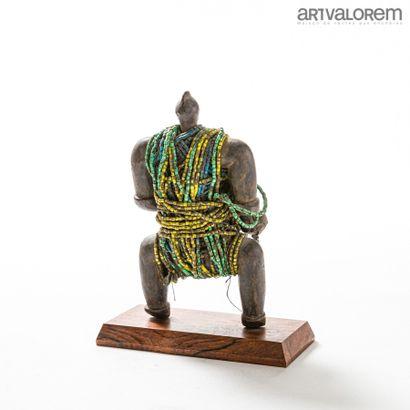 Poupée de fertilité NAMJI (Cameroun) en bois et perles de couleurs. Vers 1950.  H....