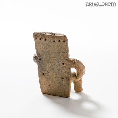 Terre cuite Quimbala (COLOMBIE), personnage stylisé assis.  H. 19 cm