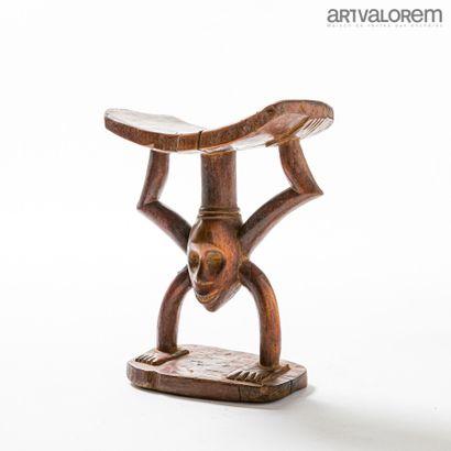 Tabouret MANGBETU (RDC) en bois à décor anthropozoomorphe....