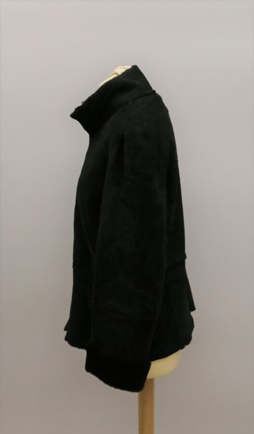 APOSTROPHE  Veste en mouton retourné noir, intérieur et bordures de manches en laine...